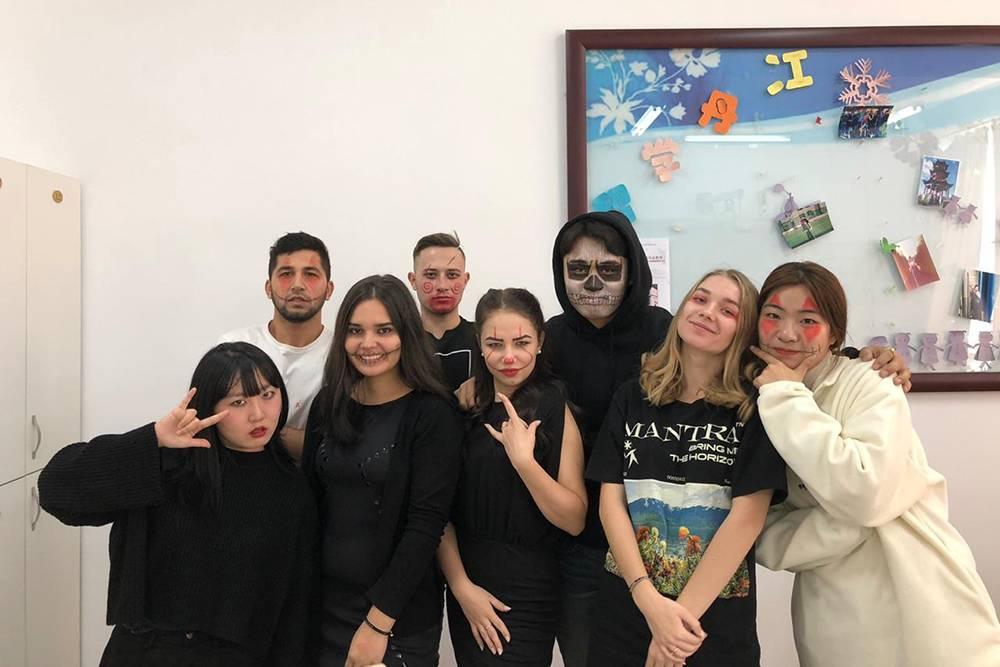 А это мы напраздновании Хэллоуина. Вмоей группе было трое студентов из Кореи исемеро изРоссии. Мы общались накитайском или английском. Также мы учили друг друга словам насвоем родном языке