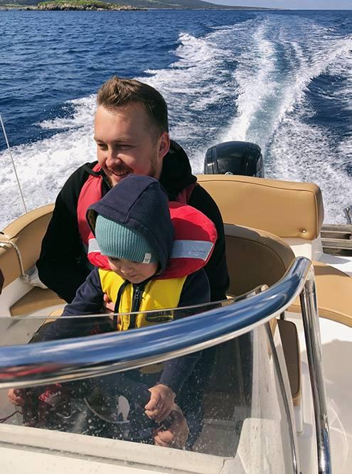 На лодке в марте холодно: всем не помешали бы шапки