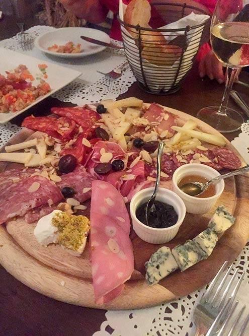 Тарелка антипасти — здесь нарезка из различных видов колбас и мяса и нескольких видов сыра. Стоит все это 15€ (1317<span class=ruble>Р</span>)