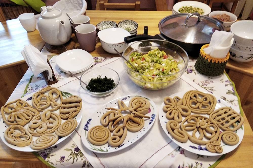Любимое занятие у детей — кулинария. Они умеют заводить тесто, стряпать печенье и пироги, делать роллы, резать салаты. Это тоже готовили дети в пространстве «Дом солнышка». Эти вензеля — тетерки из настоящего теста
