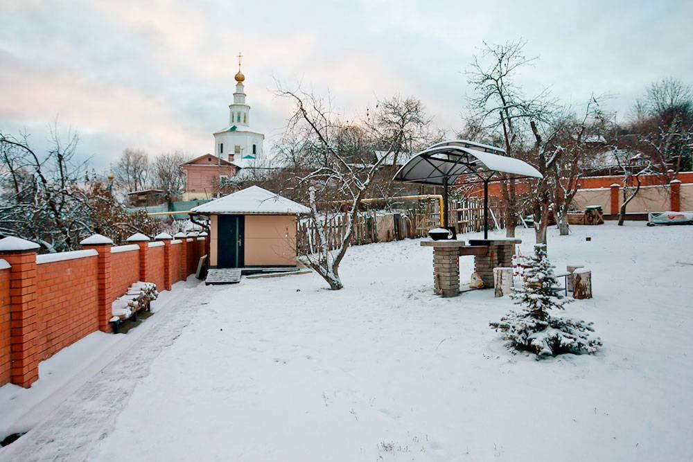 Во дворе есть место для шашлыка или барбекю. Любоваться местными соборами можно прямо со двора