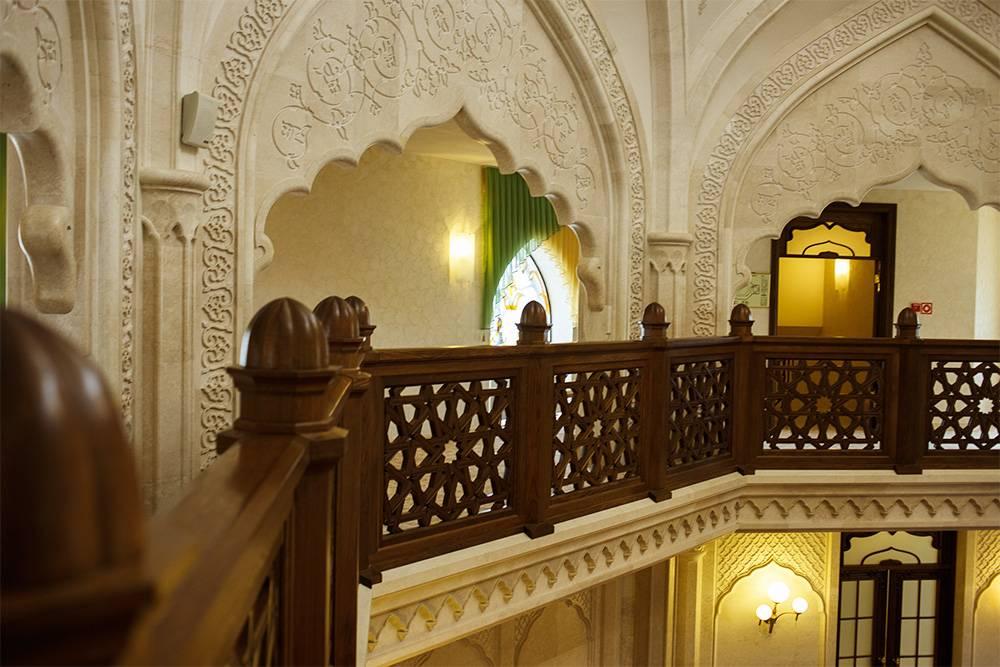 Туристов пускают на верхний ярус мечети, чтобы не мешать молящимся внизу