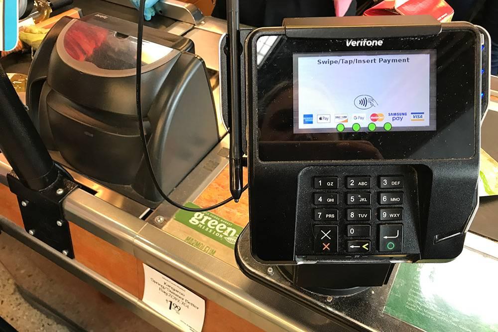 Терминал в супермаркете Whole Foods. Почему-то у меня не всегда получалось оплатить товары пэйпассом — берите на всякий случай карту