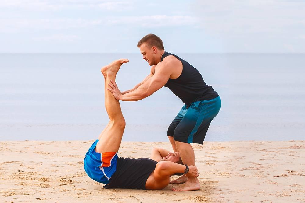 Еще одно упражнение — отталкивать ноги партнера, пока он старается их удержать. Источник: racool_studio / Shutterstock