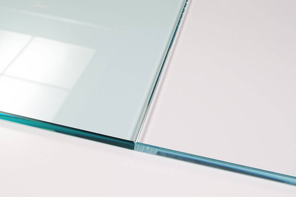 Слева обычное стекло Optifloat, справа Optiwhite. Чемтолще будет стенка аквариума, тем заметнее будет разница. Источник: pilkington.com