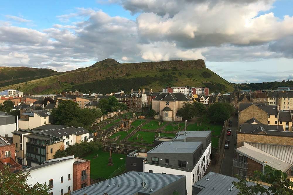 Вид на парк «Холируд» и гору, которая называется Артурс Сит — «трон короля Артура»