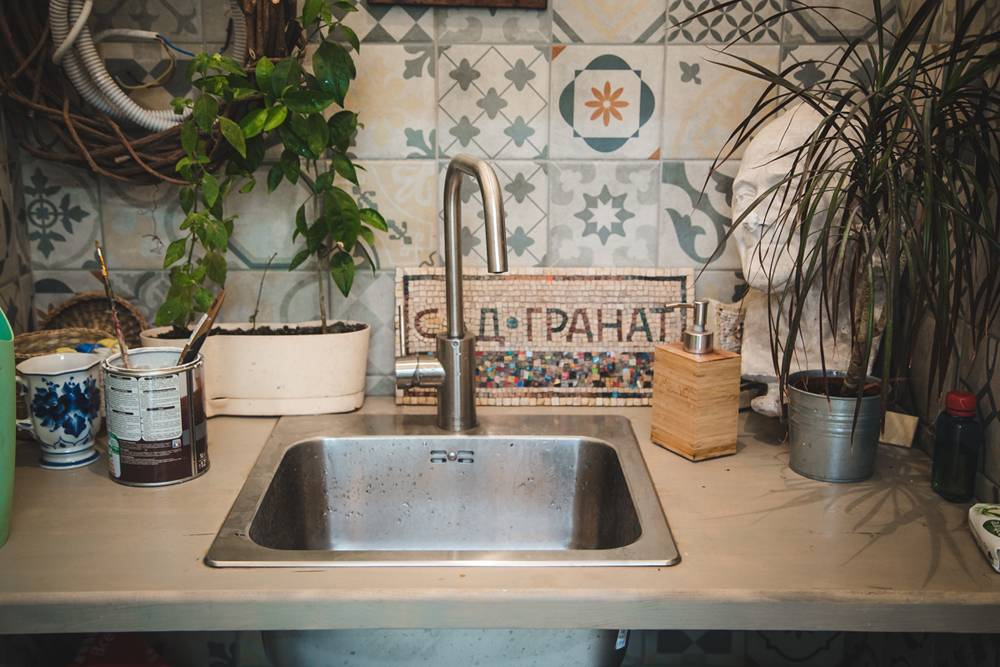 Для занятий нужен постоянный доступ к воде, чтобы помыть инструменты или смыть следы цемента