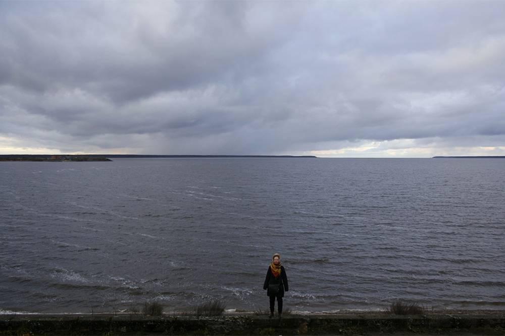 Вид Рыбинского водохранилища впечатляет. Хотя настоящее бескрайнее море начинается чуть дальше, за проливом, который виднеется вдали
