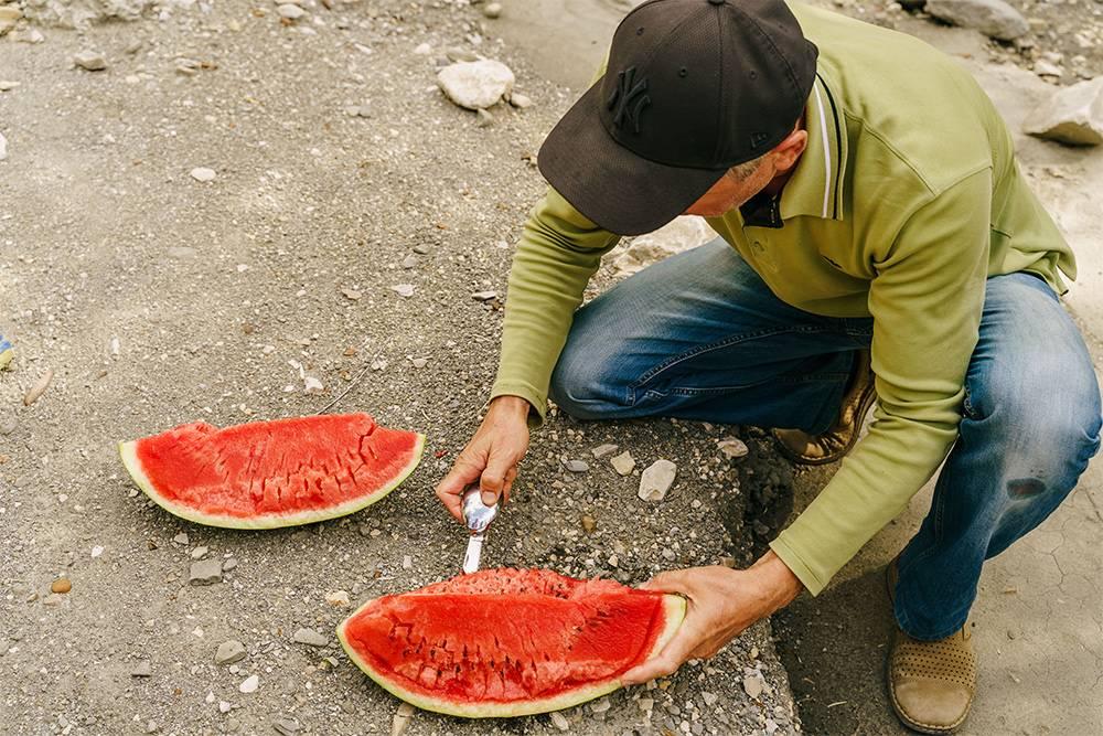 На пути в теснину нам встретились местные жители. Они тащили с собой арбуз и решили разделить его с нами