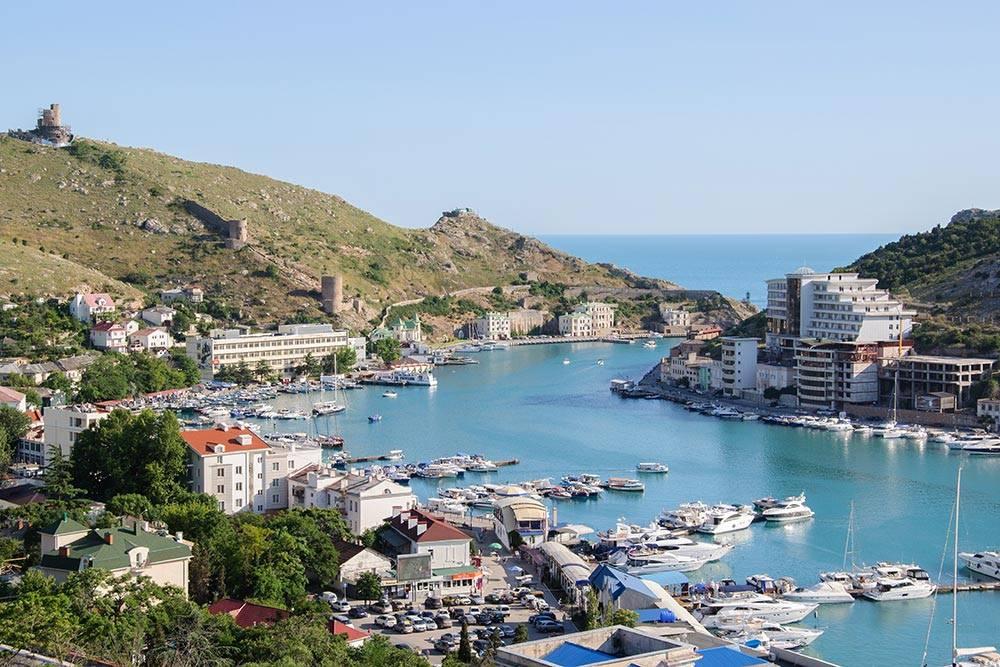 Вид на бухту Балаклавы со смотровой площадки за отелем «Листригон»