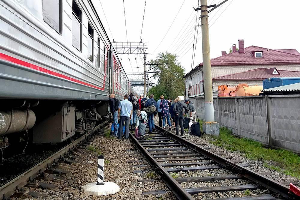 Остановка в Кеми всего 15 минут. На вокзале нет платформы — спускаться придется прямо на железнодорожные пути