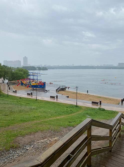 Мокрое Строгино, в воде видно много школ и энтузиастов с буями — плывут