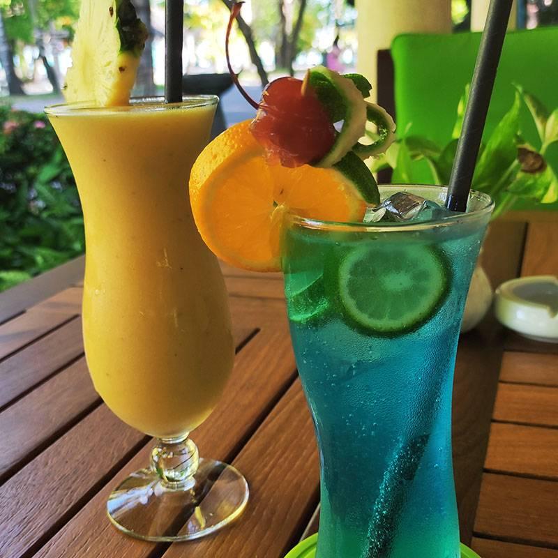 Коктейль Blue lagoon в баре нашего отеля стоил 10$, а свежевыжатый сок из разных фруктов — 5$