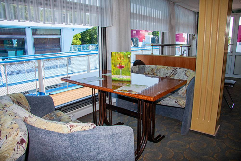 На теплоходах экономкласса дизайн и мебель скромнее. Это бар на «Феликсе Дзержинском»