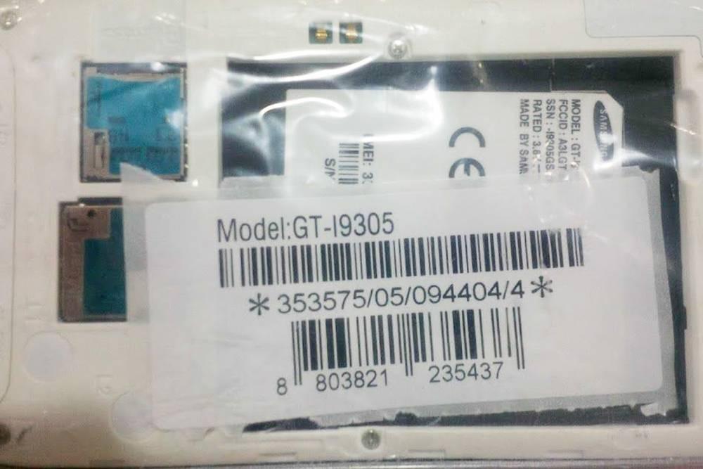 В таком виде телефоны продавали на рынке. В каждый пакетик вложена наклейка с IMEI, ее потом надо наклеить на коробку. Наклейки печатали на этом же рынке, услуга стоила 1¥ (около 9<span class=ruble>Р</span>) — за это платил продавец