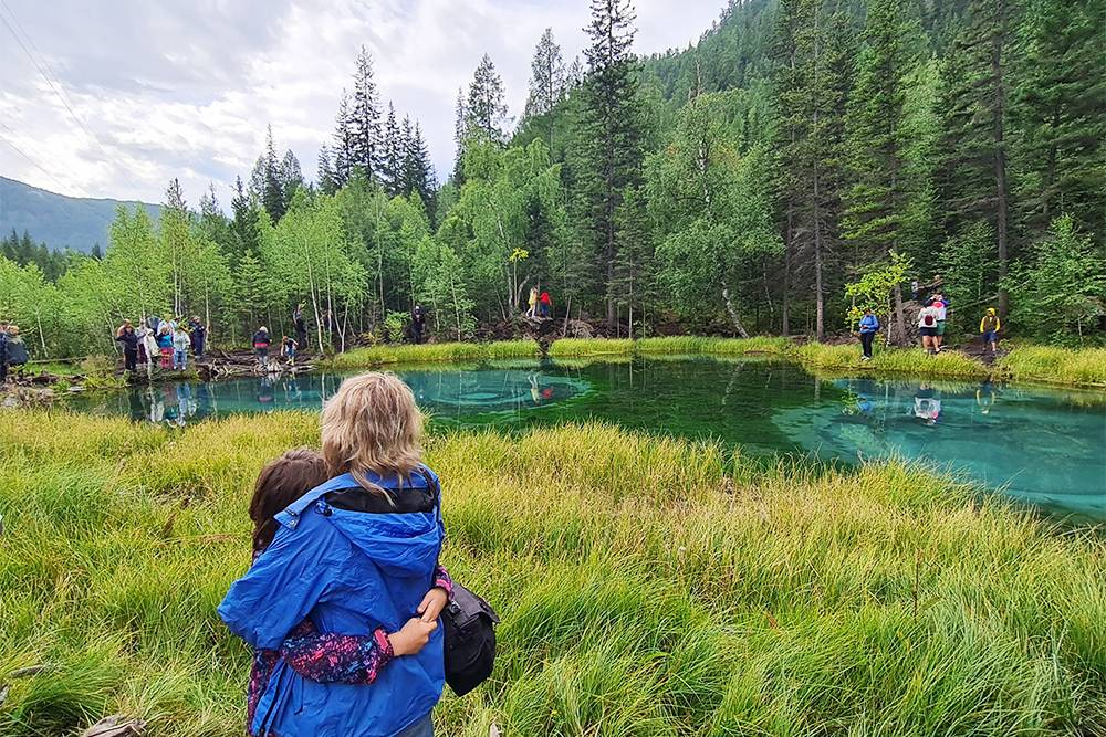 Озеро маленькое, красивое, людей на такую крошку очень много