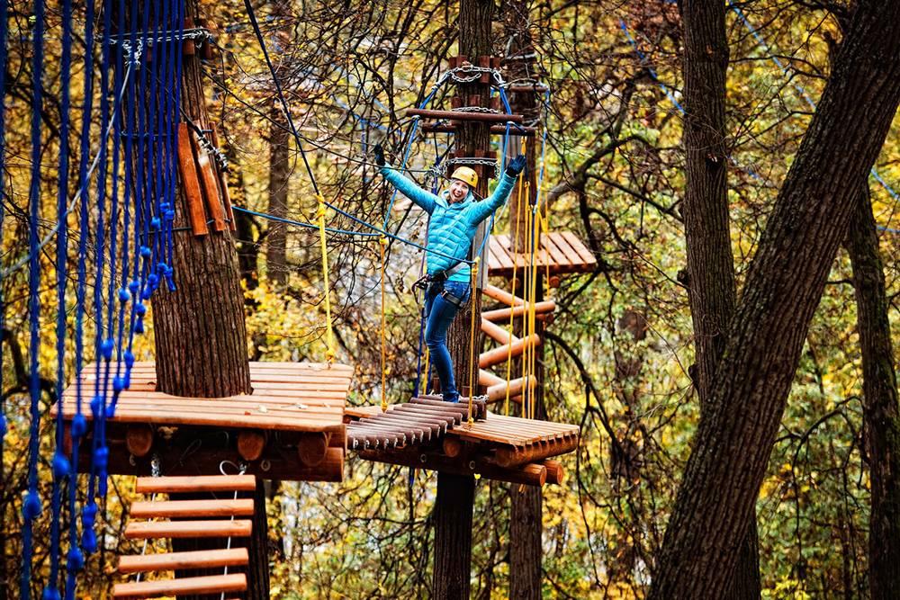 В веревочном парке есть трассы, которые могут проходить и дети, и взрослые. Источник: pandapark.org