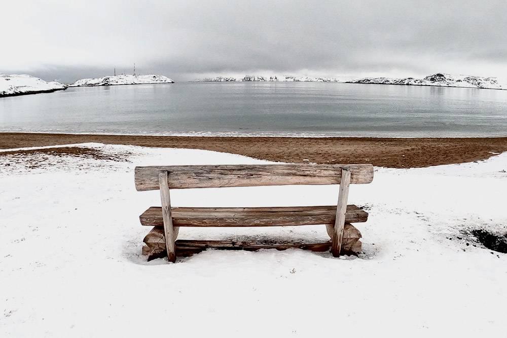 В зимней Териберке — особенная атмосфера: на песчаном пляже лежит снег, а надгорами витает туман