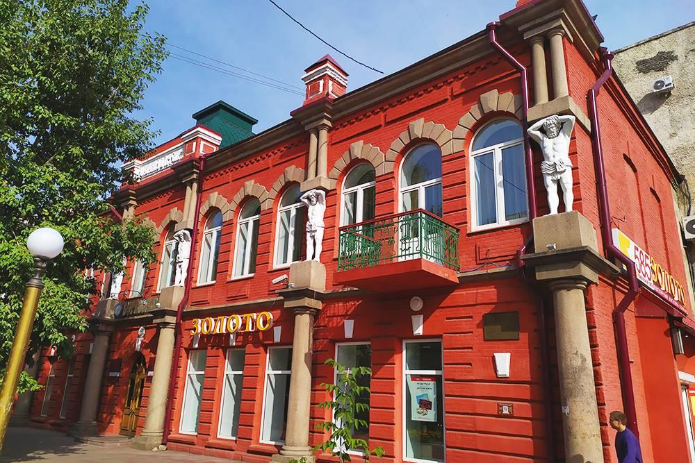 Дом Капельмана — одно из моих любимых зданий в Улан-Удэ. Это необычная постройка дляисторической части города: она скорее напоминает Санкт-Петербург с его атлантами, чем маленькие уездные города, на которые обычно похож Улан-Удэ