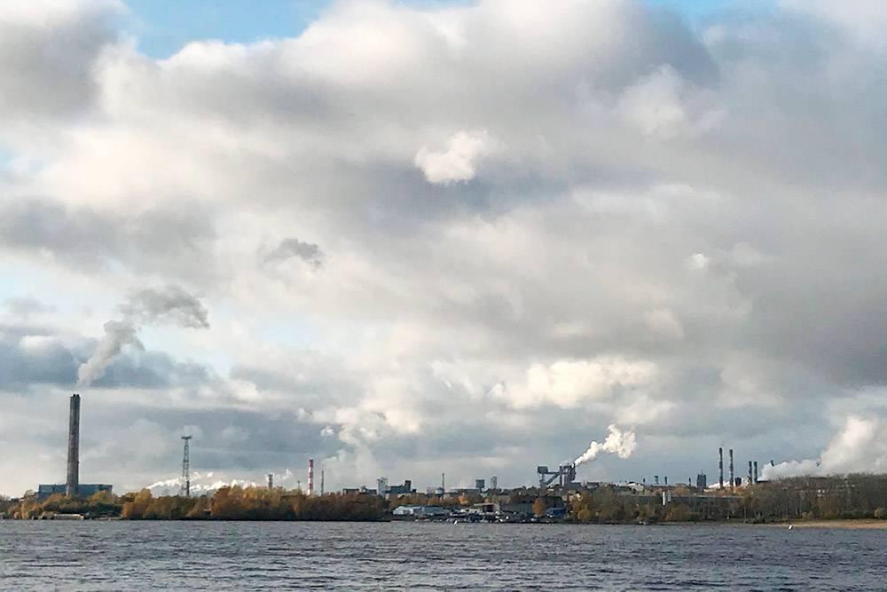 Вид на металлургический завод со стороны Зашекснинского района. Высокая влажность, облачная погода — и создается полное впечатление, что череповецкие заводы производят не только металл и удобрения, но и облака