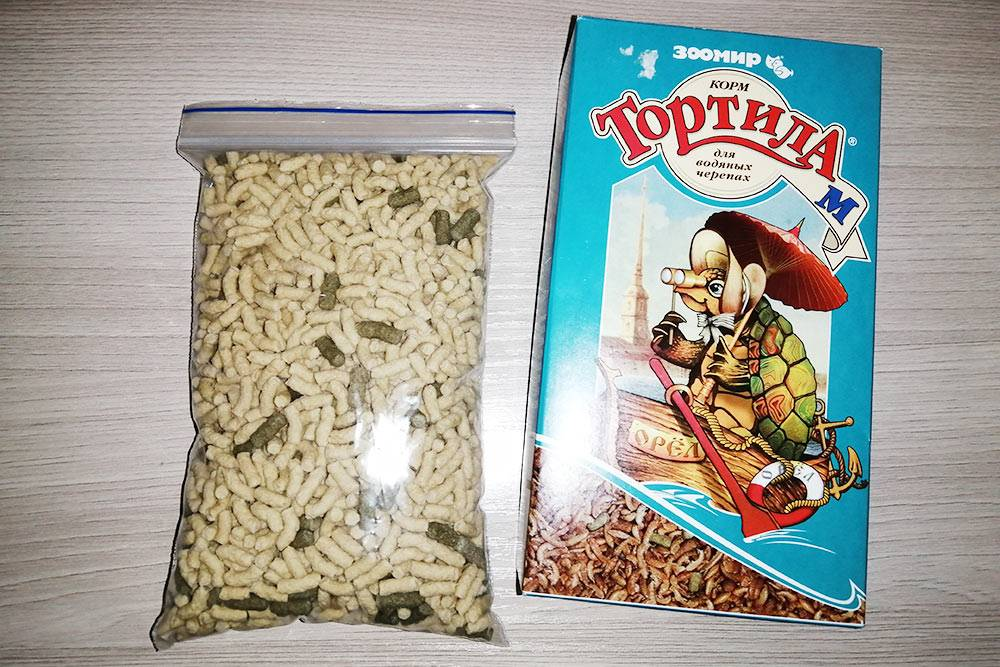 Это палочки фирмы Tetra и смесь «Тортила» фирмы «Зоомир», которыми я кормлю Чипу