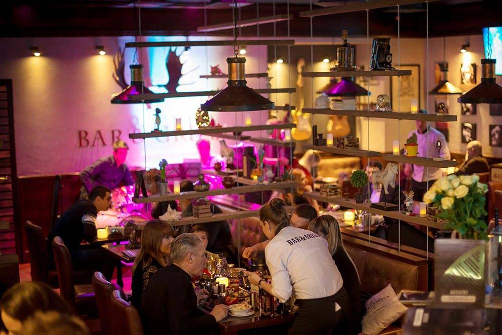 В стейк-хаусе Bar&Grill; мест не слишком много, поэтому лучше бронировать столик заранее. Фото: стейк-хаус Bar&Grill;