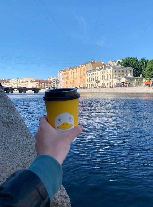 Желтые стаканы с уточкой от проекта «Больше кофе» теперь ассоциируются у меня с летом 2020года