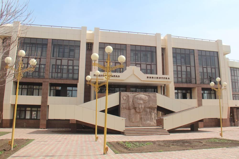 На входе в библиотеку установлен барельеф сизображением Антона Амур-Санана