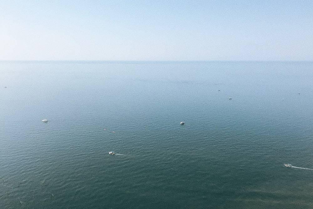 Море здесь выглядит бесконечным