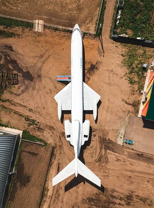 Самолет на территории контактного зоопарка «Радуга»