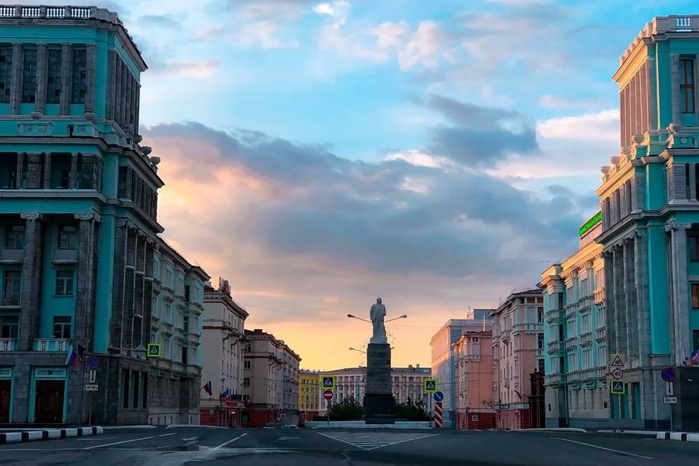 Памятник Ленину встарой части города. Фото сделано около полуночи. Летом вНорильске сложно безчасов отличить день отночи