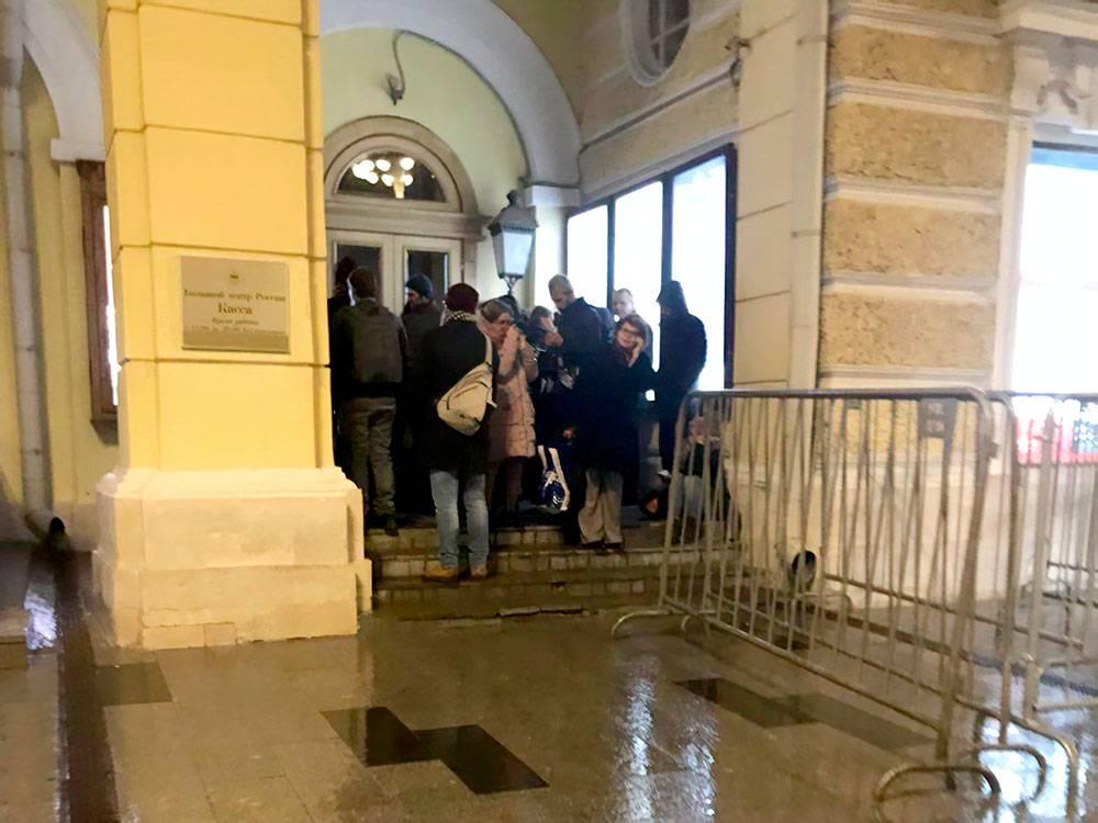 Так выглядела очередь у касс Большого театра в 23:00