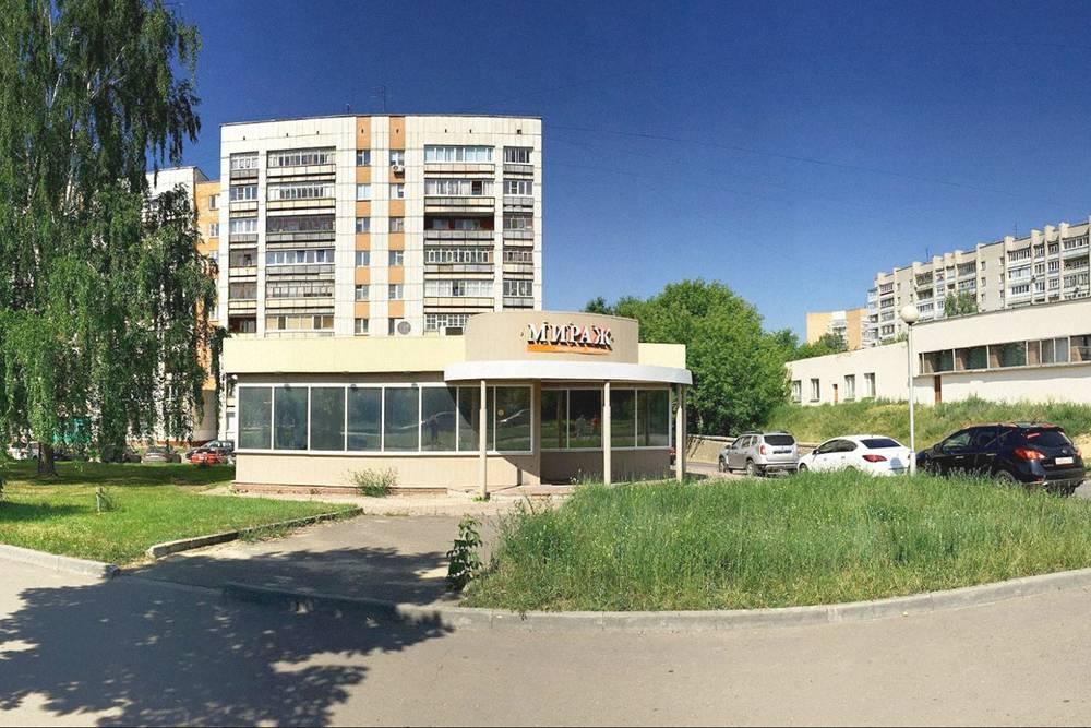 Помещение, которое Юрий выбрал, находится на одной из оживленных улиц города — на ней хороший автомобильный и пешеходный трафик. Рядом театр, школа, магазины и новый жилой комплекс