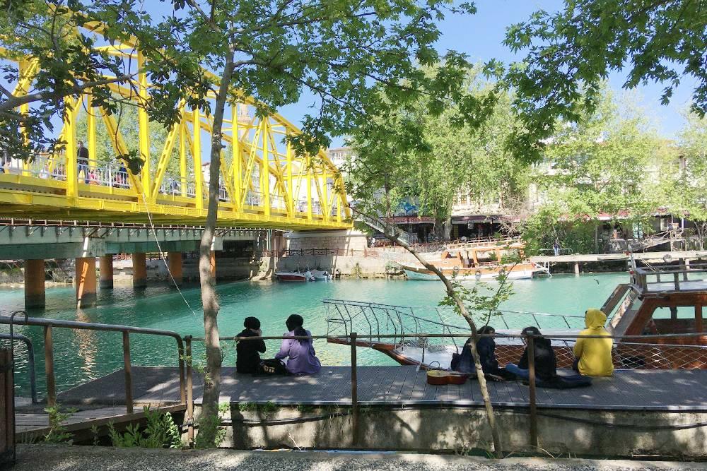 Этот яркий желтый мост расположен в самом центре Манавгата — такая местная достопримечательность. Около него люди садятся на кораблики дляпрогулки по реке