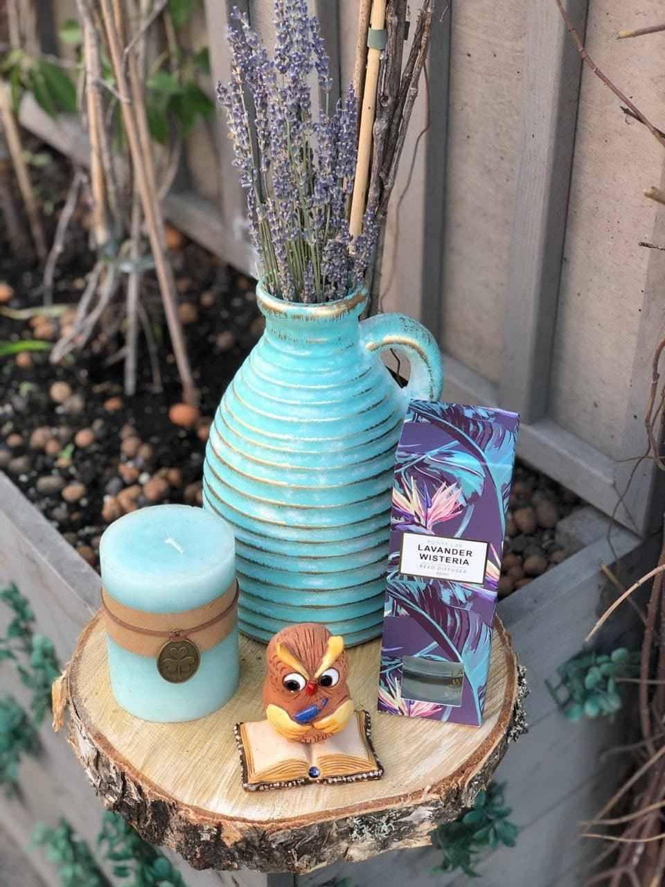 Такой набор собрали родители к1Сентября водной изпитерских школ: цветочная композиция ввазе, статуэтка, свеча идиффузор дляэфирных масел. Фото: Юлия Ерешкина