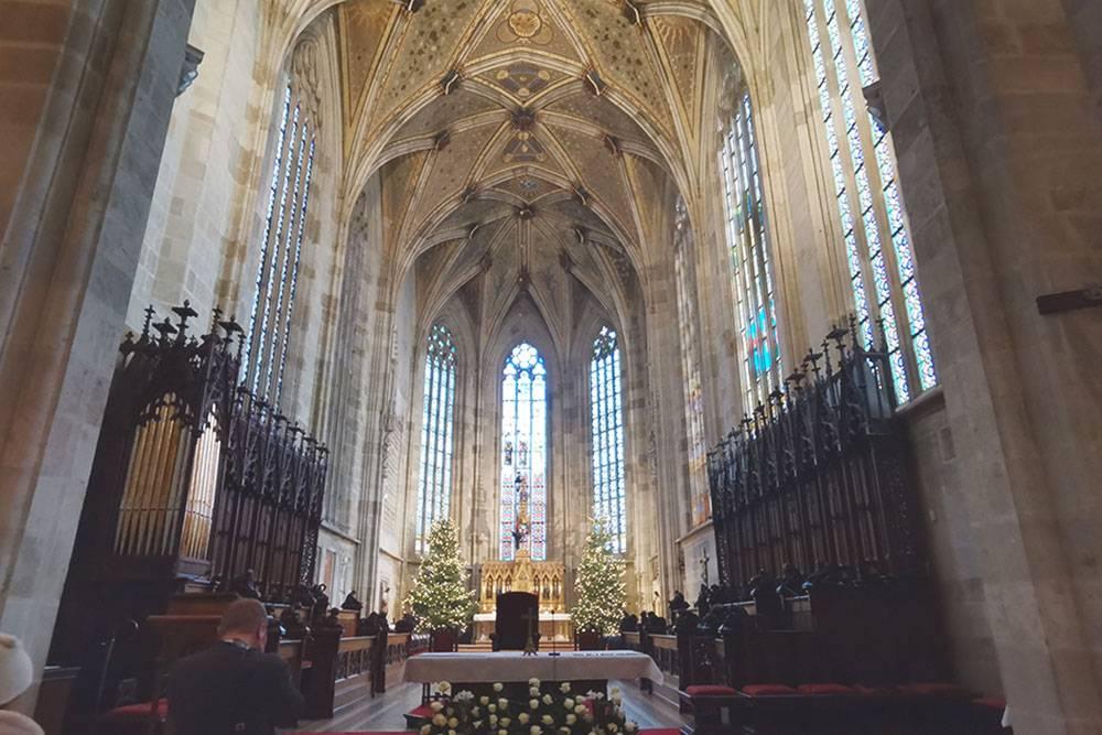 Внутри — красивые витражи и главный орган на балконе второго этажа. В соборе короновали 10 королей, 8 королевских жен и императрицу Марию Терезию