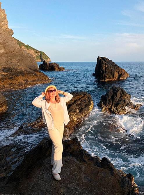 В Манароле на берегу Лигурийского моря. Нашли за пирсом прекрасное место дляфотосессии безединого туриста