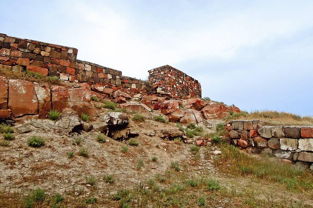 На территории бывшей крепости сохранились фрагменты стен и некоторые крупные объекты. Источник:«Адвантур»