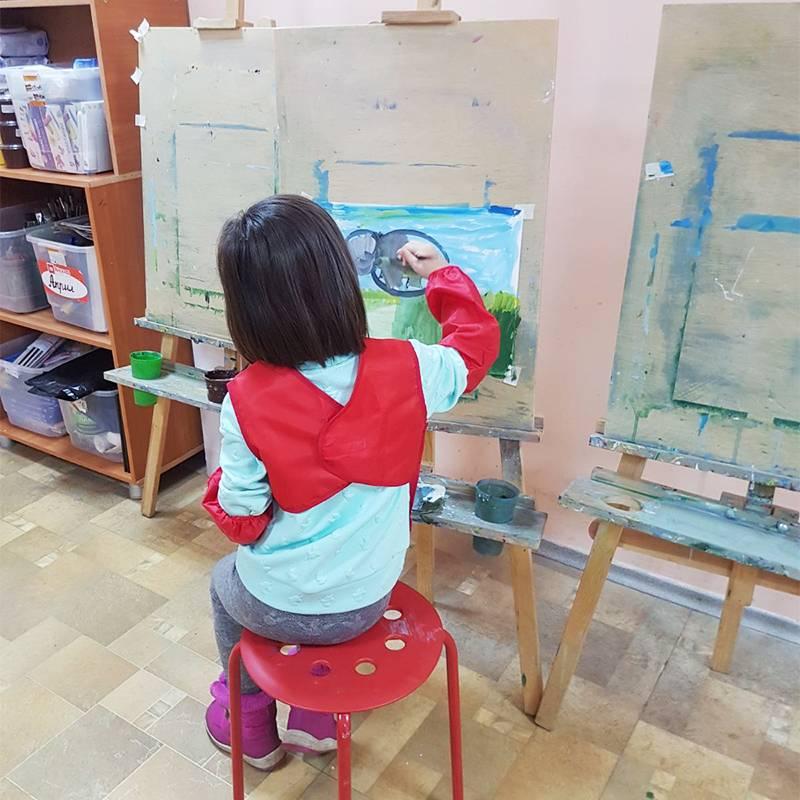 Дети учатся рисовать на мольбертах