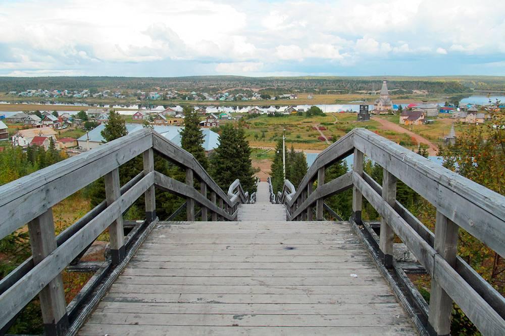 Всю Варзугу хорошо видно с верхней площадки деревянной лестницы, которая находится за гостиницей «Варзуга». Источник: Dimmonchik / Shutterstock