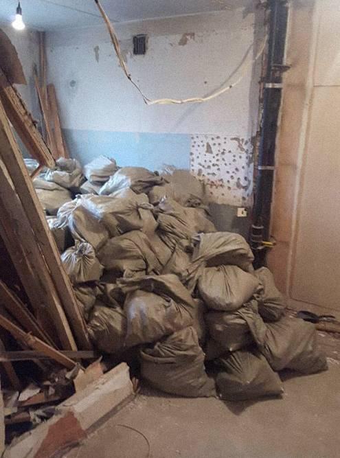 Итоги первого дня демонтажа. Разваленные перегородки, мусором заполнена вся кухня. И столько мусора будет набираться практически каждый день