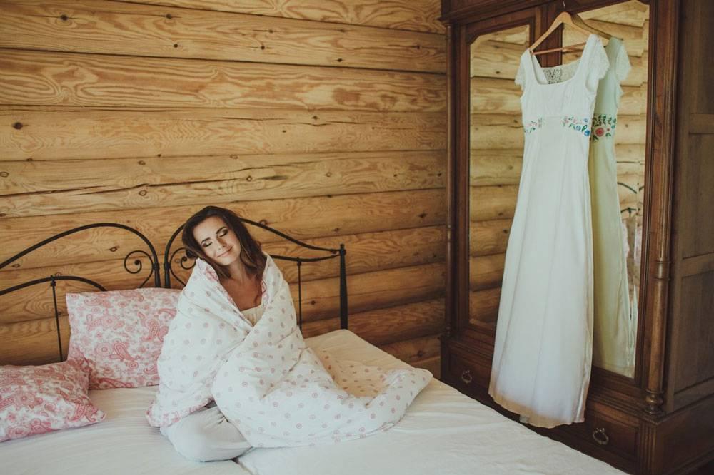 Утро невесты: она делает вид, что только проснулась (с вечерним макияжем и укладкой). Рядом обязательно висит платье