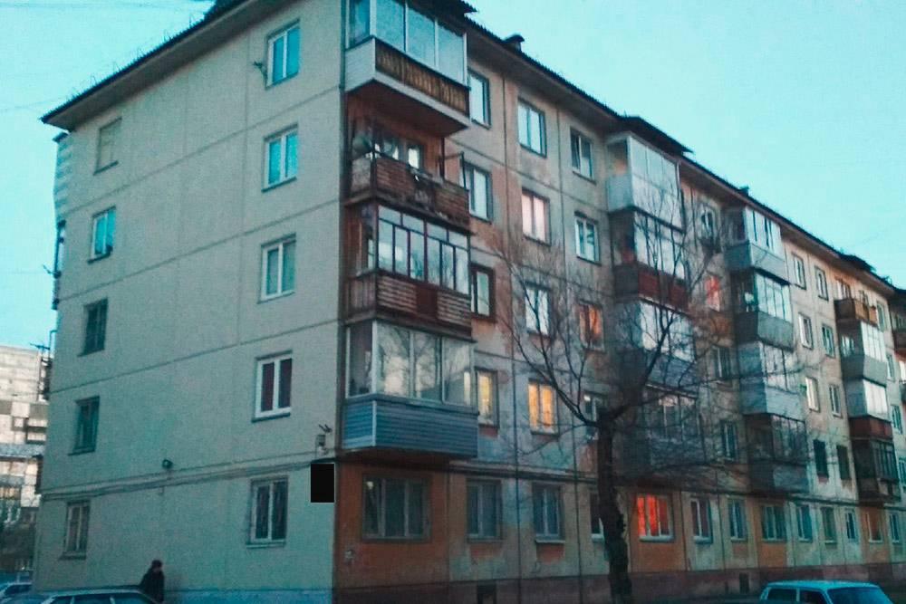 Фасады домов на ул.Свердловская покрасили, но только со стороны, которую видно с дороги