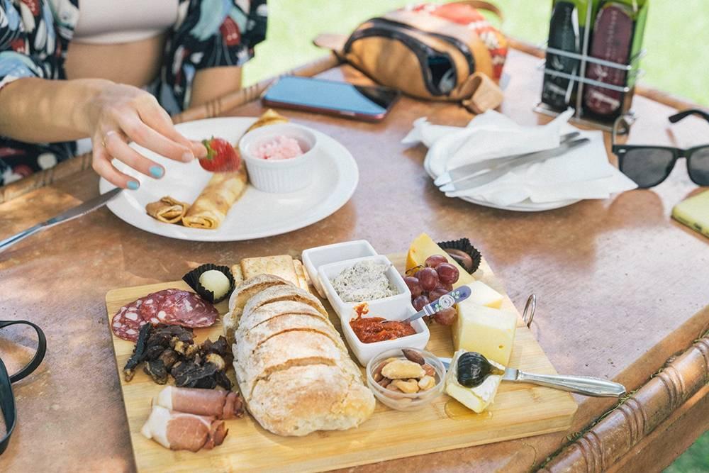 Вот по таким наборам закусок мы скучали на каждой дегустации. Подобное предлагали только в городских ресторанах
