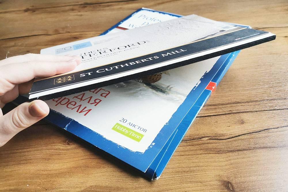 Это бумага в склейке. Листы склеены между собой по краям — их надо аккуратно отделять друг от друга канцелярским ножом