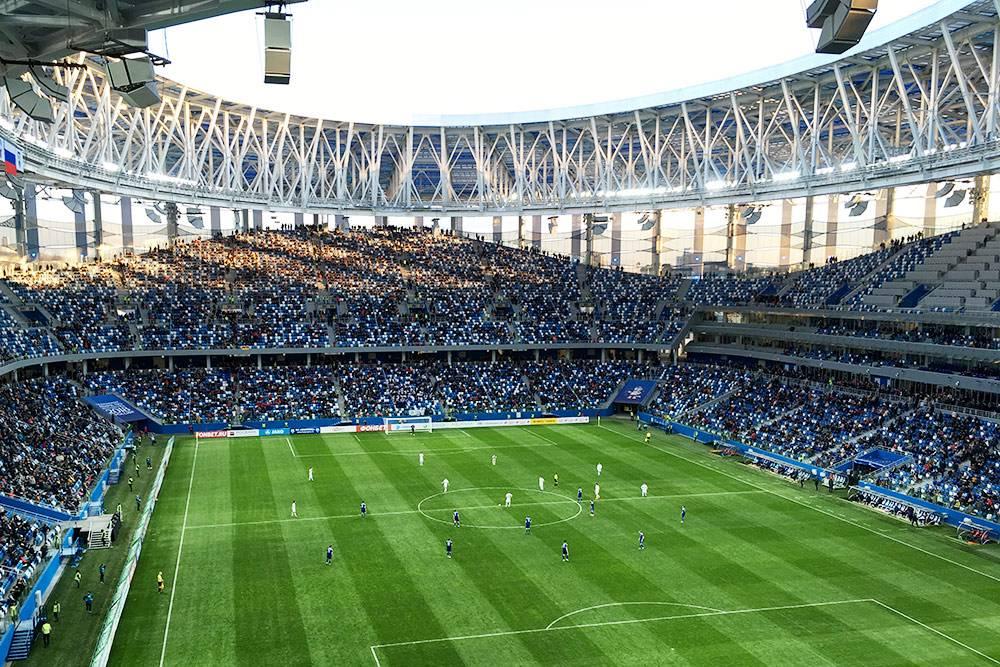 На футбольных матчах полно людей: нижегородцы приходят посмотреть на новый стадион