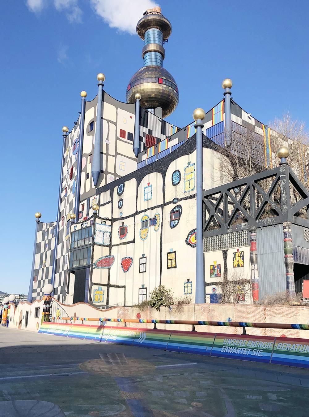 Этотоже здание Хундертвассера. Выглядит какмузей, а насамом деле этомусоросжигательный завод