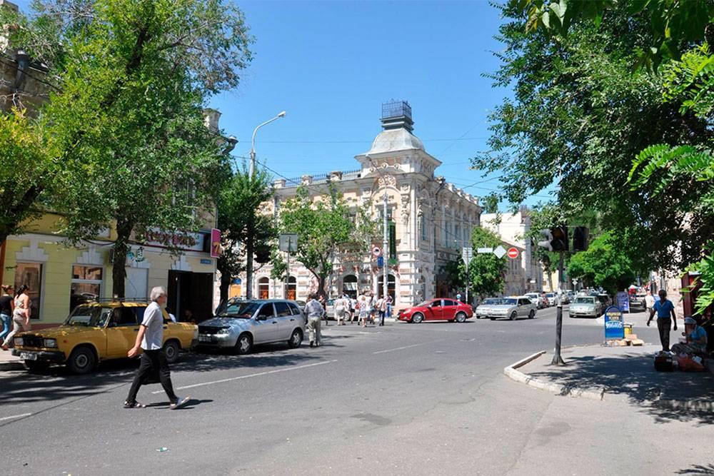 Здание кондитерской, кофейни, а теперь уже и ресторана «Шарлау» — одно из самых красивых в городе. Не дом, а бисквитный торт с кремом