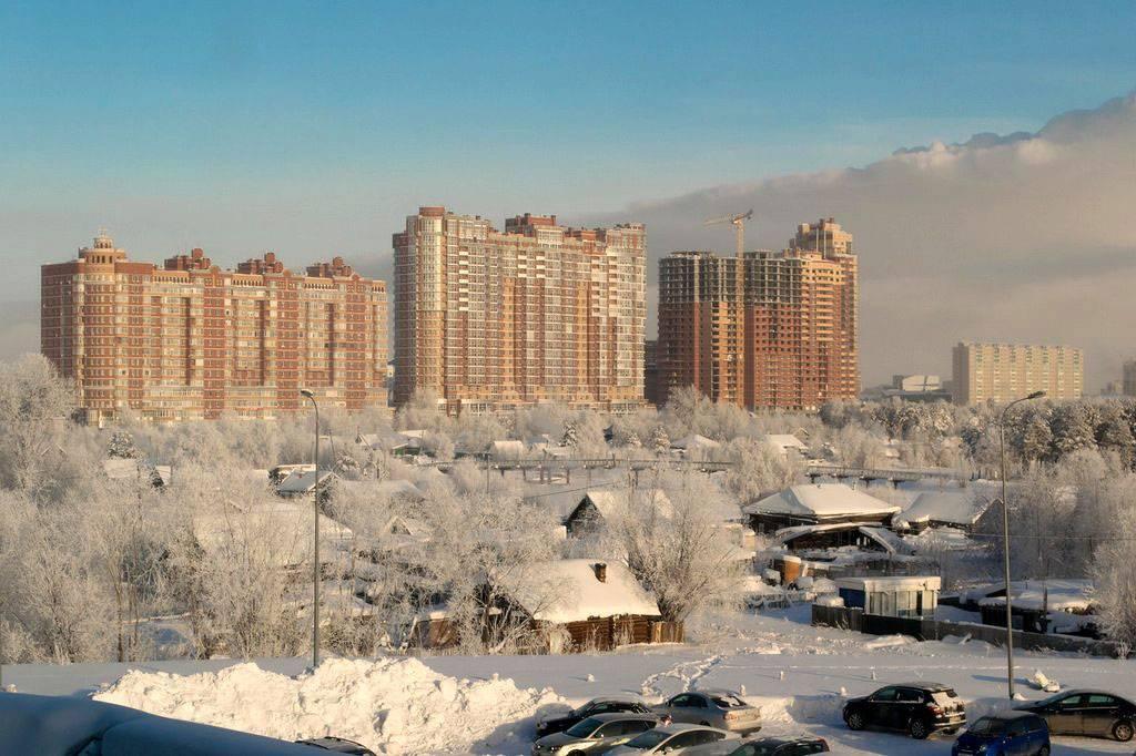 Сургут зимой. В городе еще остались старые деревянные дома, в основном на окраинах. На этой фотографии на улице примерно −30 °C. Источник: http://pravdaurfo.ru