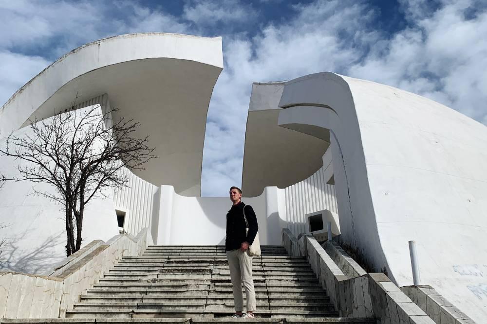 Споменик в городе Велес. Формой напоминает мак и разбитую каску. Он стоит на высокой горе, еговидно издалека. В Гугле можно найти много его снимков